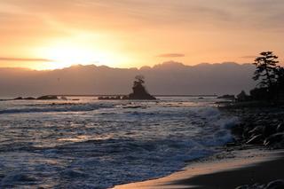 雨晴海岸から望む立山連峰の風景 海辺の民宿 女岩荘